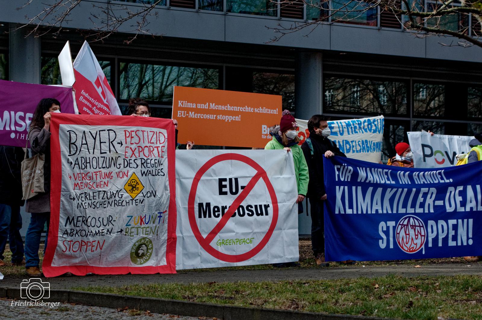 15. März 2021 - Protest gegen Mercosur Handelsabkommen zwischen EU und Brasilien vor der brasilianischen Botschaft in Berlin