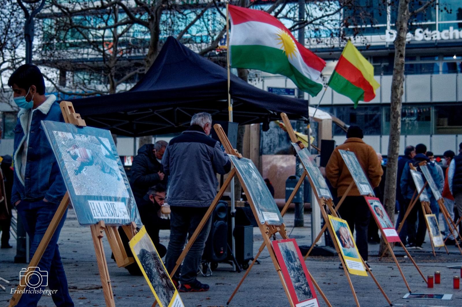 Gedenktafeln mit Bilder der Opfer des Giftgasmassakers<br /> 2021-03-16 - Berlin -Gedenken an Halabadje