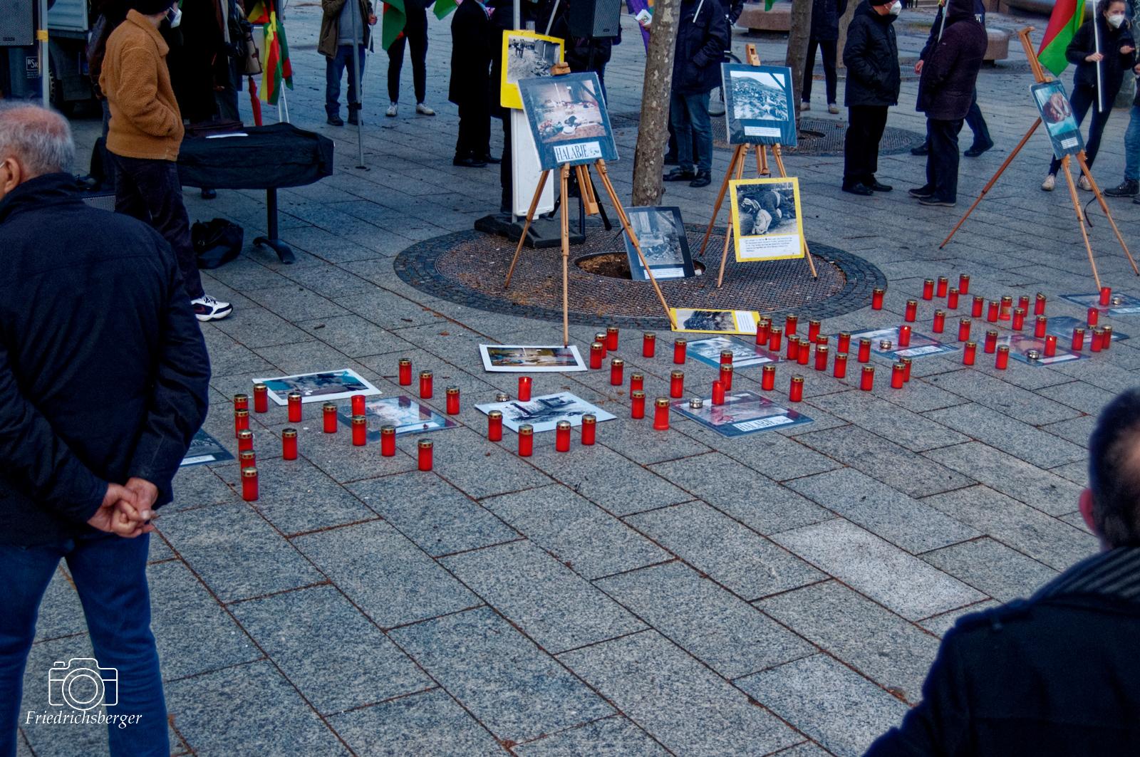 "Der Schriftzug ""Halabadje"" aus Kerzen im Gedenken<br /> 2021-03-16 - Berlin -Gedenken an Halabadje"